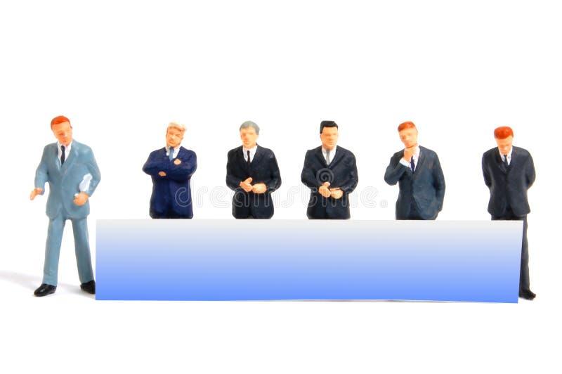 Geschäftsmann mit Fahne für Textmeldung lizenzfreies stockfoto