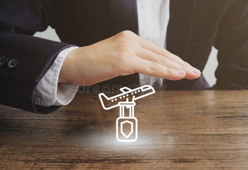 Geschäftsmann mit Flugzeug- und Gepäckikone Reiseversicherungskonzept stockfoto