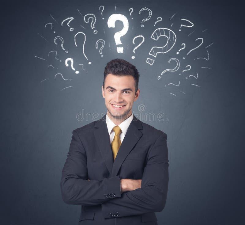 Geschäftsmann mit Fragezeichen lizenzfreie stockfotos