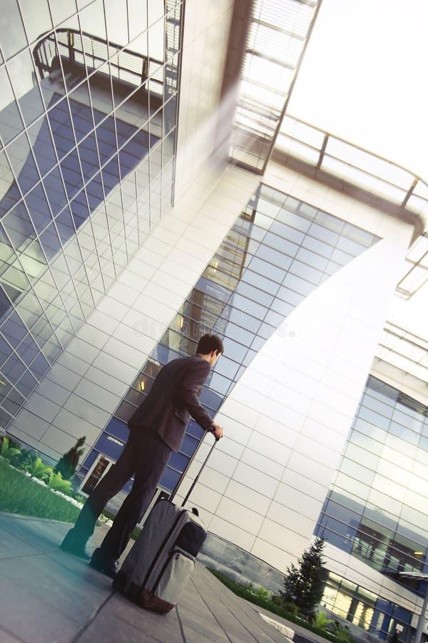 Geschäftsmann mit Gepäck am Flughafen lizenzfreie stockfotos