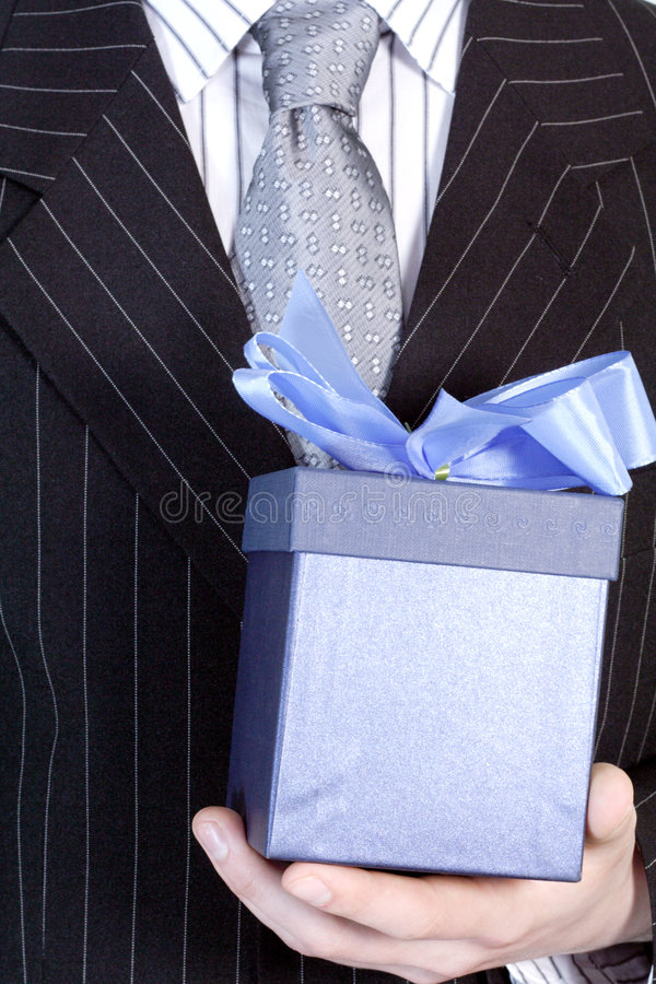 Geschäftsmann mit Geschenk lizenzfreie stockfotografie