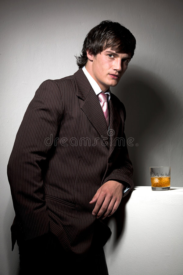 Geschäftsmann mit Getränk stockbild
