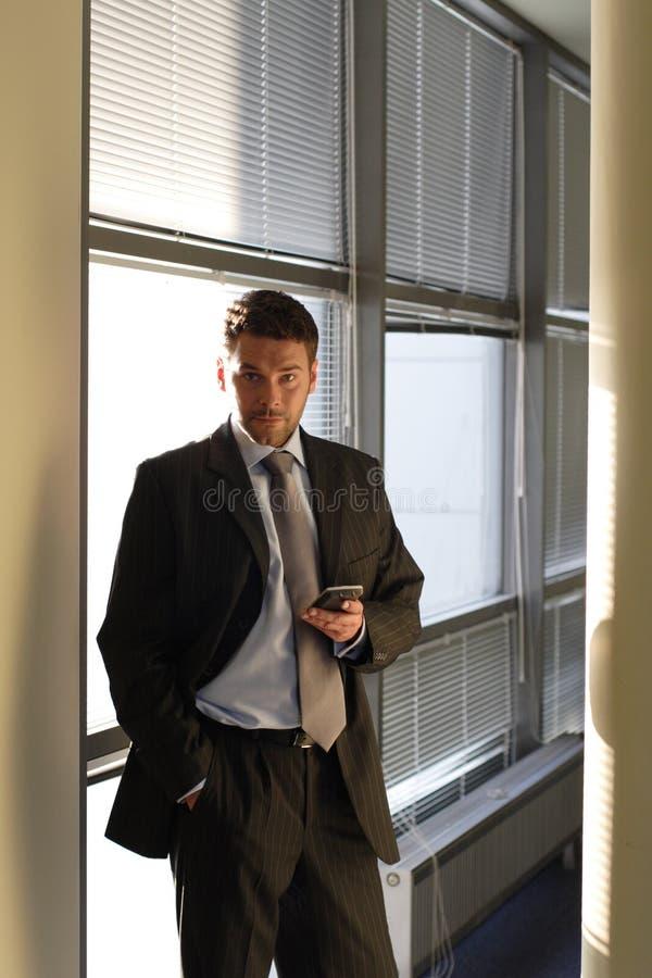 Geschäftsmann mit Hand gegen eine Wand der Fenster stockbilder