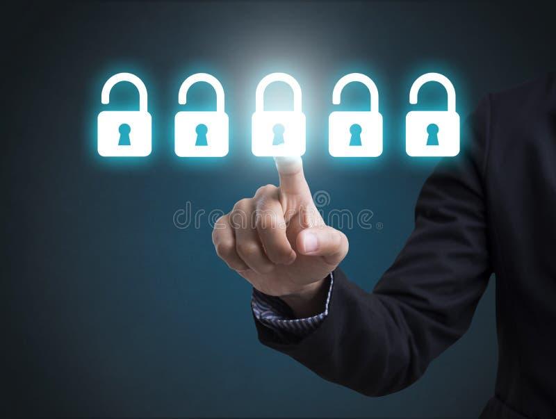 Geschäftsmann mit Internetsicherheitstechnologie, -internet und -netz stockfoto