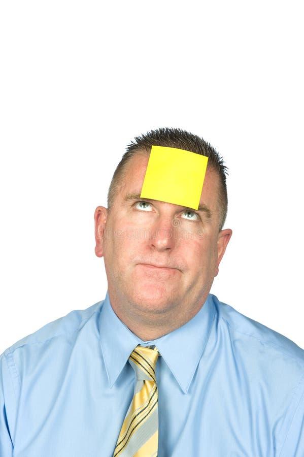Geschäftsmann mit klebriger Anmerkung über Stirn lizenzfreies stockbild