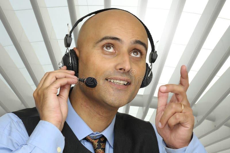 Geschäftsmann mit Kopfhörer lizenzfreie stockfotografie