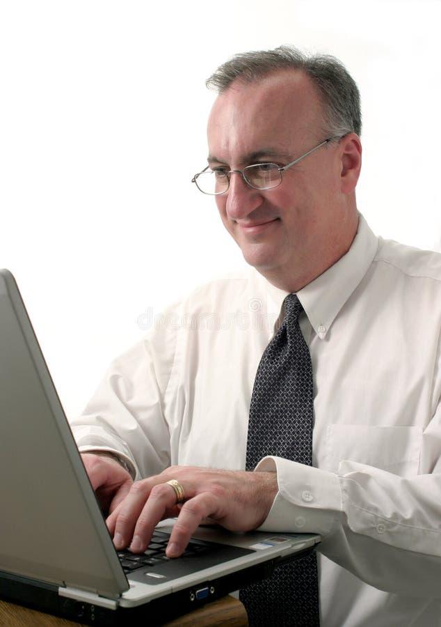 Geschäftsmann mit Laptop-Computer lizenzfreie stockfotografie