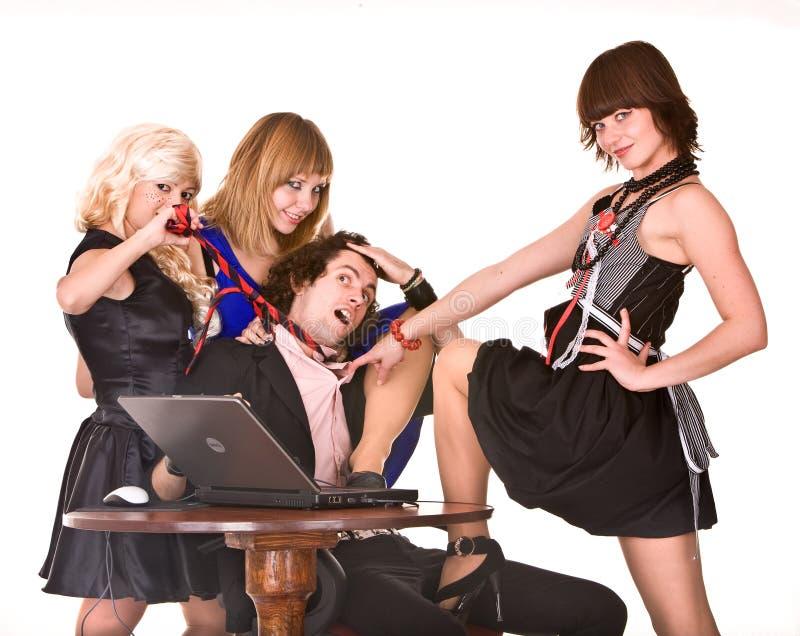 Geschäftsmann mit Laptop und Mädchen im Büro. Stimmung lizenzfreie stockfotografie