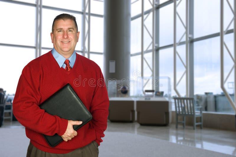 Geschäftsmann mit ledernem Faltblatt stockbild