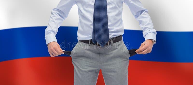 Geschäftsmann mit leeren Taschen über Flagge von Russland lizenzfreie stockfotografie