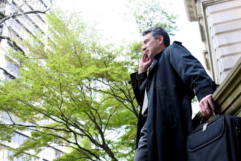 Geschäftsmann mit Mobiltelefon lizenzfreie stockfotos