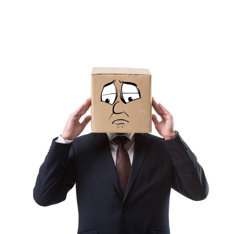 Geschäftsmann mit Pappschachtel auf Haupt, Kopfschmerzen habend stockfoto