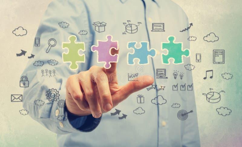Geschäftsmann mit Puzzlespielstücken und Geschäftsideen lizenzfreie stockbilder
