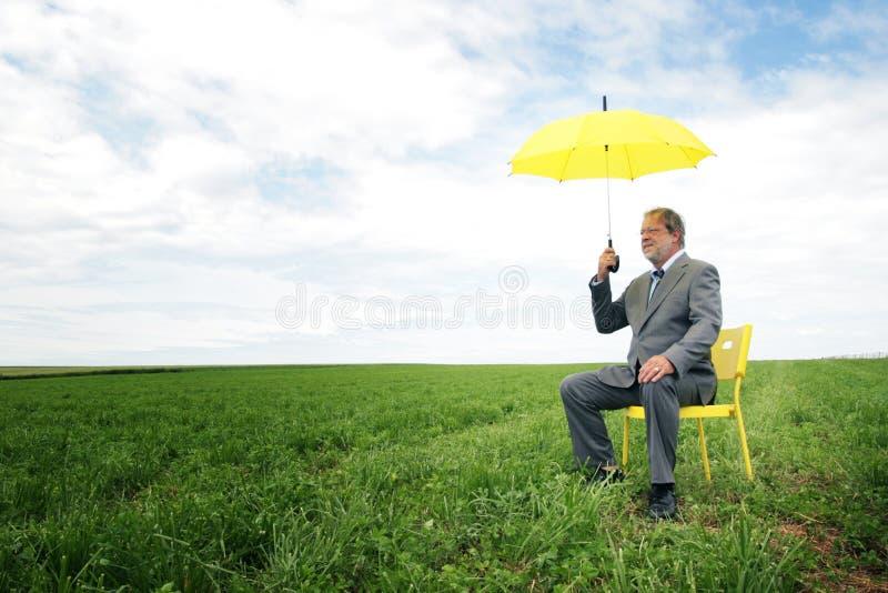 Geschäftsmann mit Regenschirm lizenzfreies stockfoto