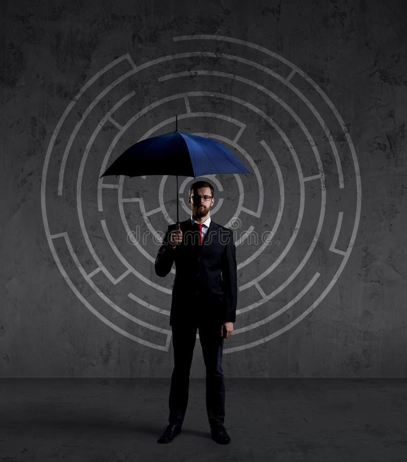 Geschäftsmann mit Regenschirm Schwarzer Hintergrund mit copyspace Busi lizenzfreie stockfotografie