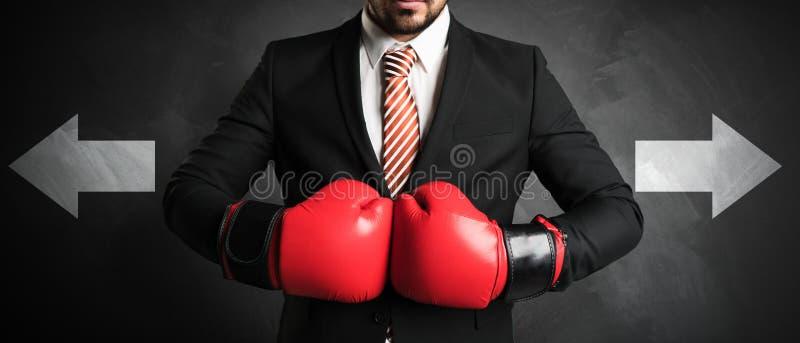 Geschäftsmann mit roten Boxhandschuhen stockbilder