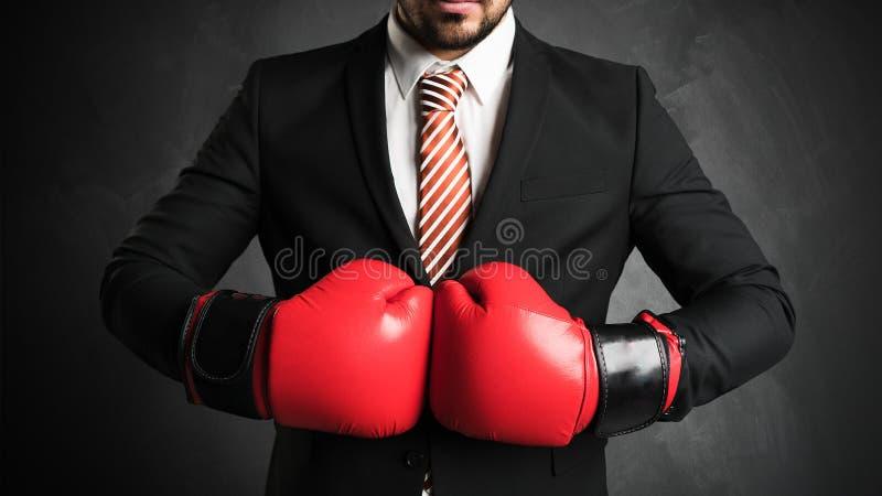 Geschäftsmann mit roten Boxhandschuhen stockbild
