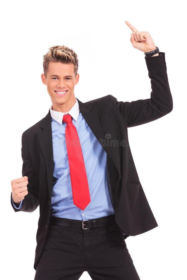 Geschäftsmann mit seinem Arme verbreiterten Gewinnen stockfoto