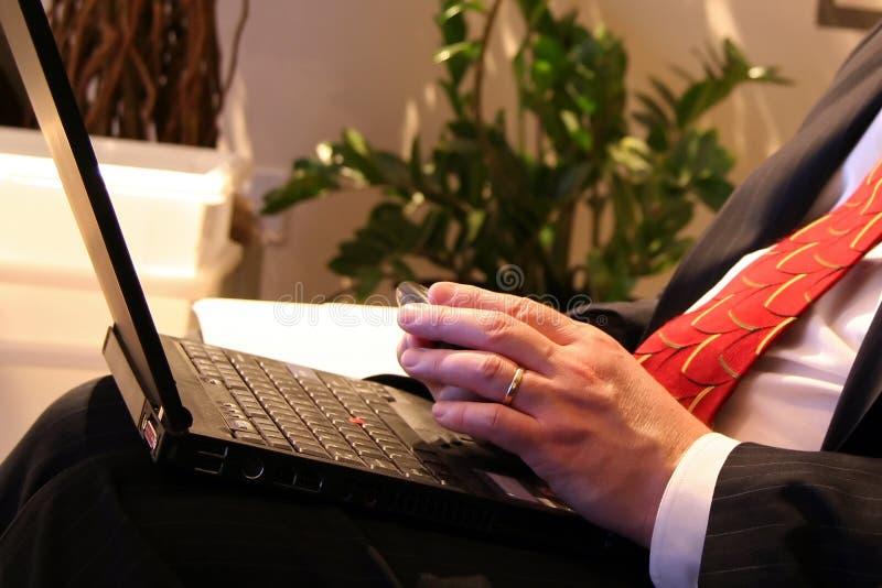 Geschäftsmann mit seinem Computer stockfotos
