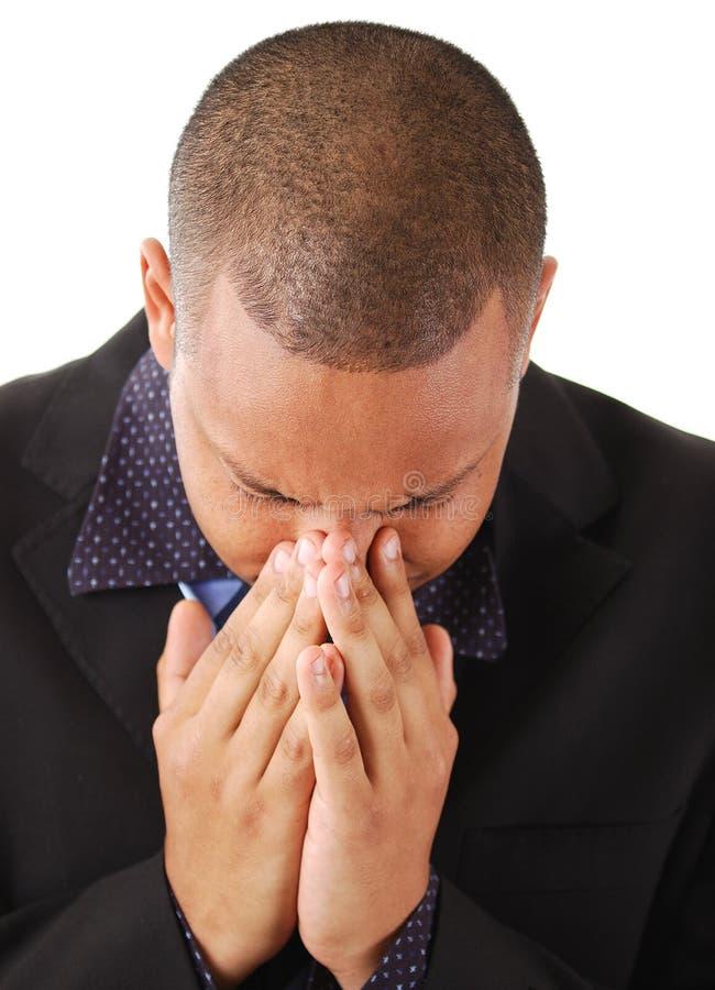 Geschäftsmann mit seinem Kopf in seinen Händen lizenzfreies stockbild