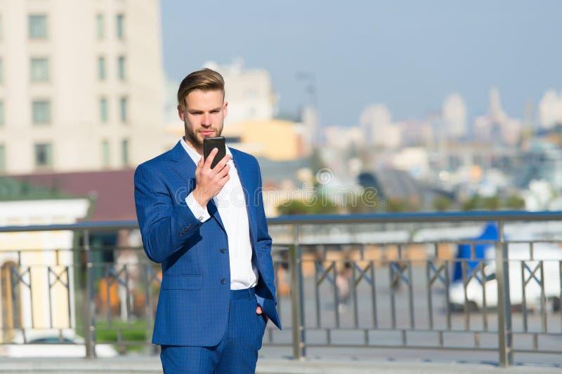 Geschäftsmann mit Smartphone auf sonniger Terrasse Mann im Anzug mit dem Handy im Freien Geschäftskommunikation, neues technolo lizenzfreie stockfotografie