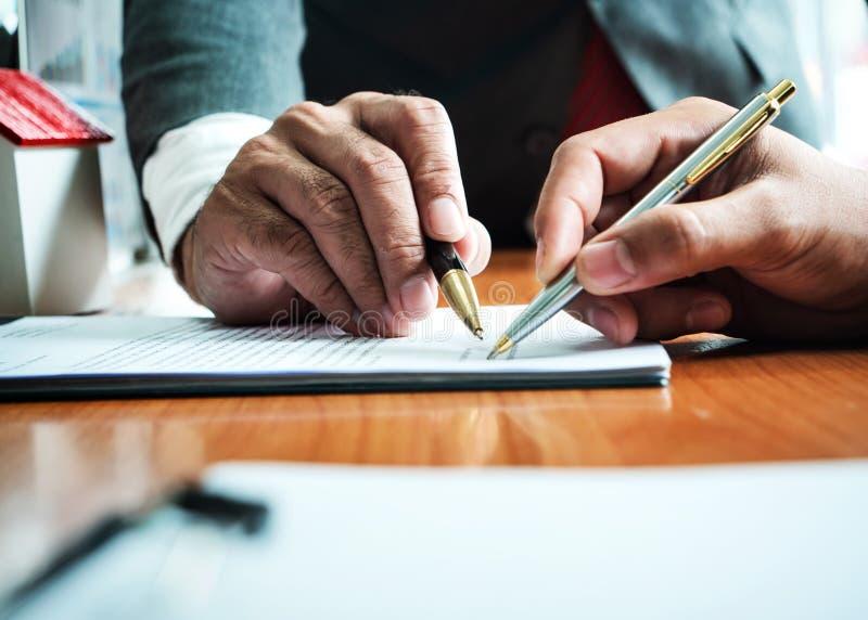 Geschäftsmann mit Steuerberechnung für Haussteuer und Autokredit lizenzfreie stockbilder