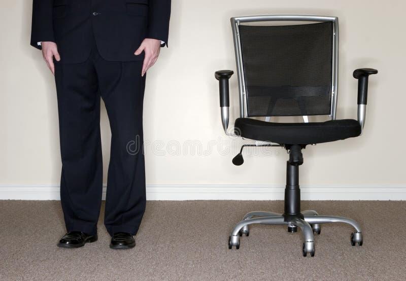 Geschäftsmann mit Stuhl lizenzfreies stockbild