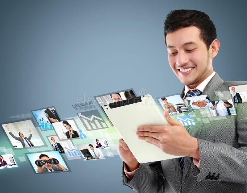 Geschäftsmann mit Tablette lizenzfreie stockfotografie