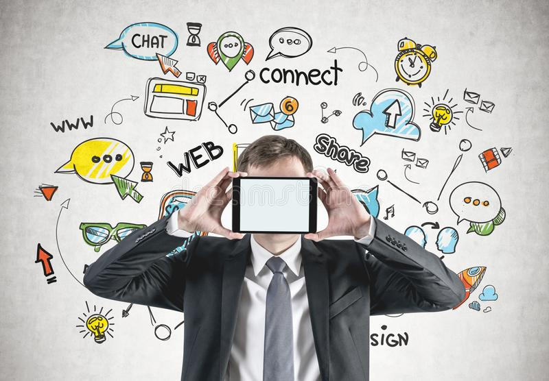 Geschäftsmann mit Tablette, Social Media stockfotografie