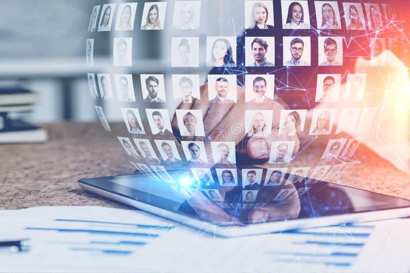 Geschäftsmann mit Tablette unter Verwendung des Social Media lizenzfreie stockbilder