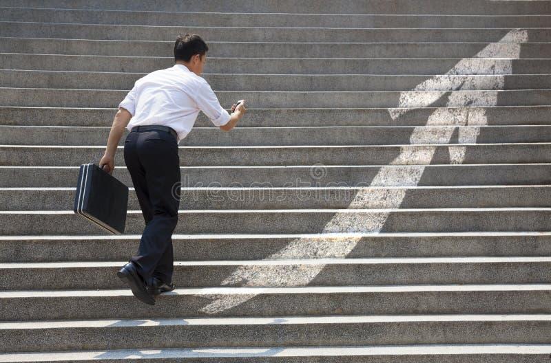 Geschäftsmann mit Treppe im Geschäftskonzept stockfoto