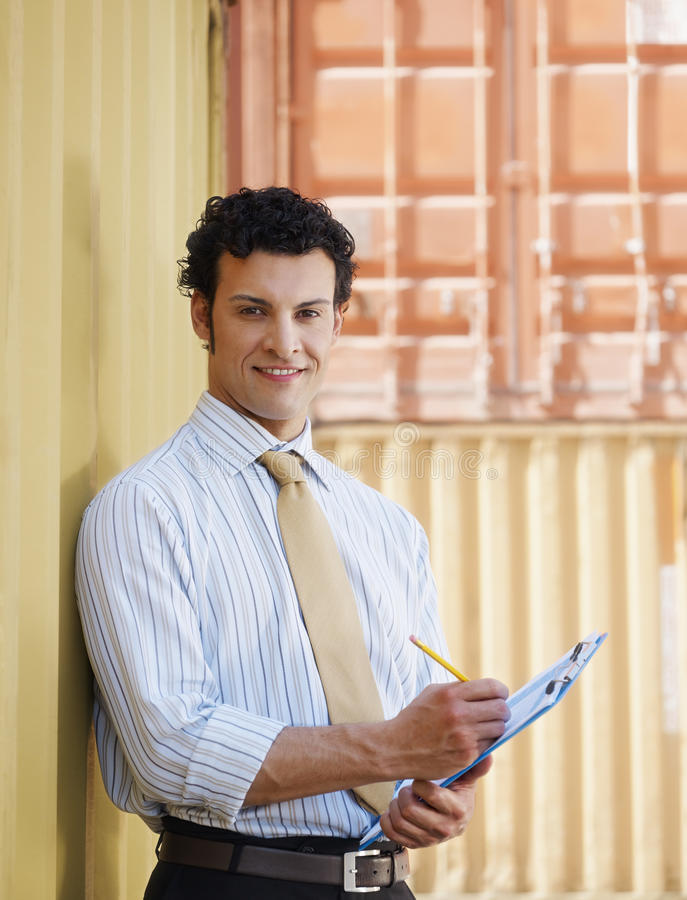 Geschäftsmann mit Versandbehältern stockbild