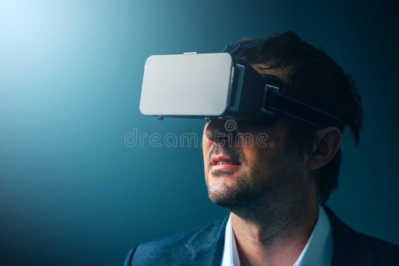 Geschäftsmann mit VR-Schutzbrillenkopfhörer virtuelle Realität genießend lizenzfreies stockfoto