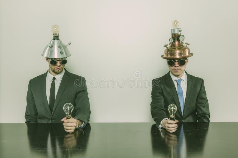 Geschäftsmann mit zwei Weinlesen, der am Schreibtisch sitzt stockfoto