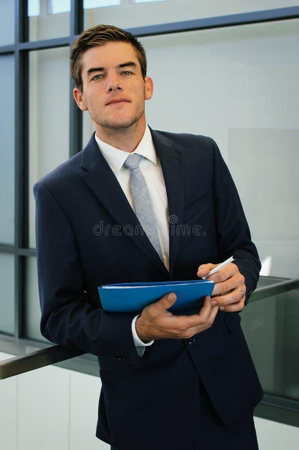 Geschäftsmann With Notes lizenzfreies stockfoto