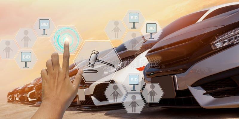 Geschäftsmann nutzt Handtouch-Symbol Hologramm-Auktion verwendet Auto, mit Handelskonzept und Online-Auktion in der Automobilindu lizenzfreie stockfotos