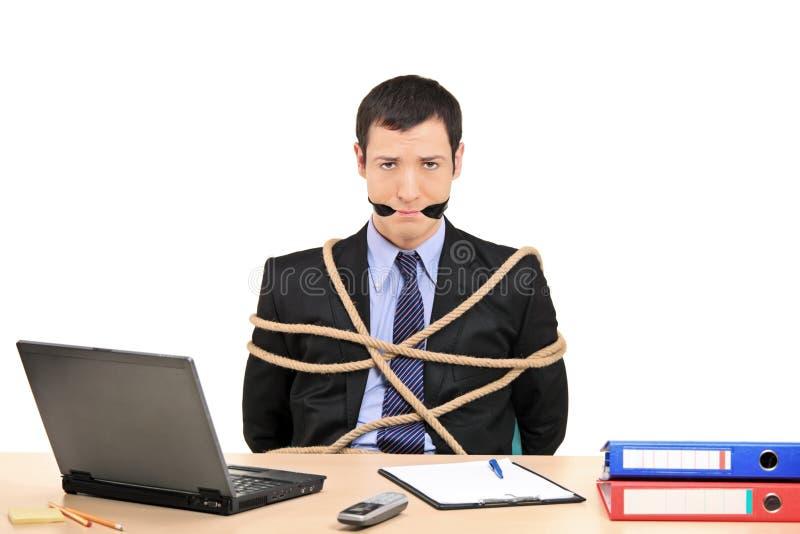 Geschäftsmann oben gebunden mit Seil und mit Band gewürgt lizenzfreie stockbilder
