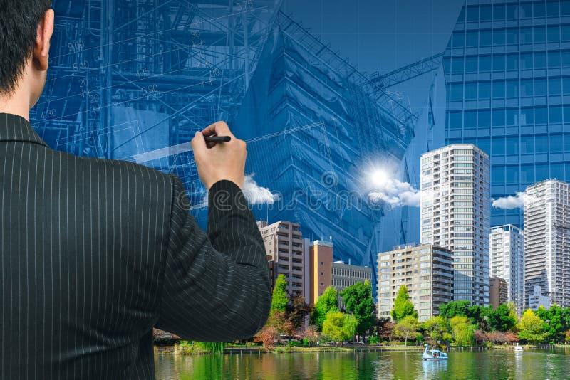 Geschäftsmann oder Architektur, welche die grüne Stadt zeichnen stockfotografie
