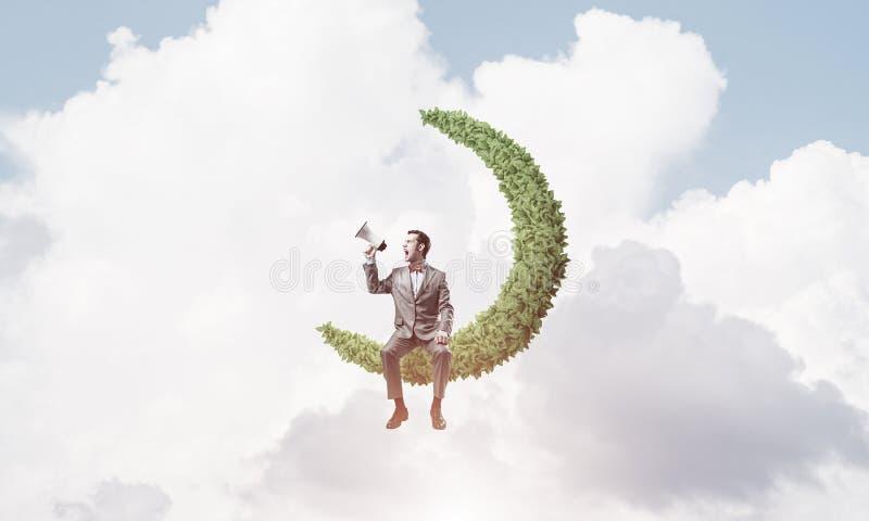 Geschäftsmann oder Manager im blauen Tageshimmel etwas in L ankündigend lizenzfreies stockfoto