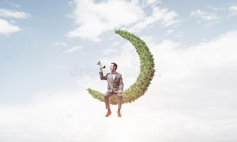 Geschäftsmann oder Manager im blauen Tageshimmel etwas in L ankündigend lizenzfreie stockbilder