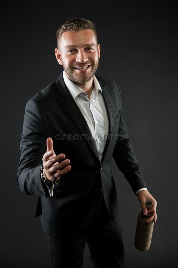 Geschäftsmann oder Mann des Gesellschaftsanzugs in den Willkommen nett auf dunklem Hintergrund Mann auf dem glücklichen Gesicht,  stockfoto
