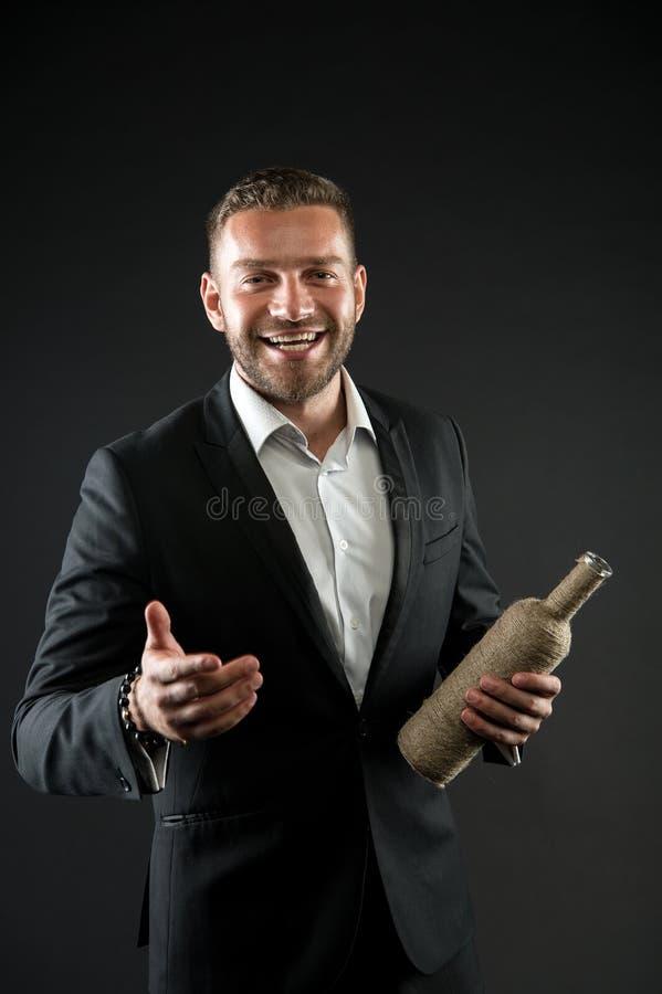 Geschäftsmann oder Mann des Gesellschaftsanzugs in den Willkommen nett auf dunklem Hintergrund Mann mit dem Borstenblick nett und stockfoto