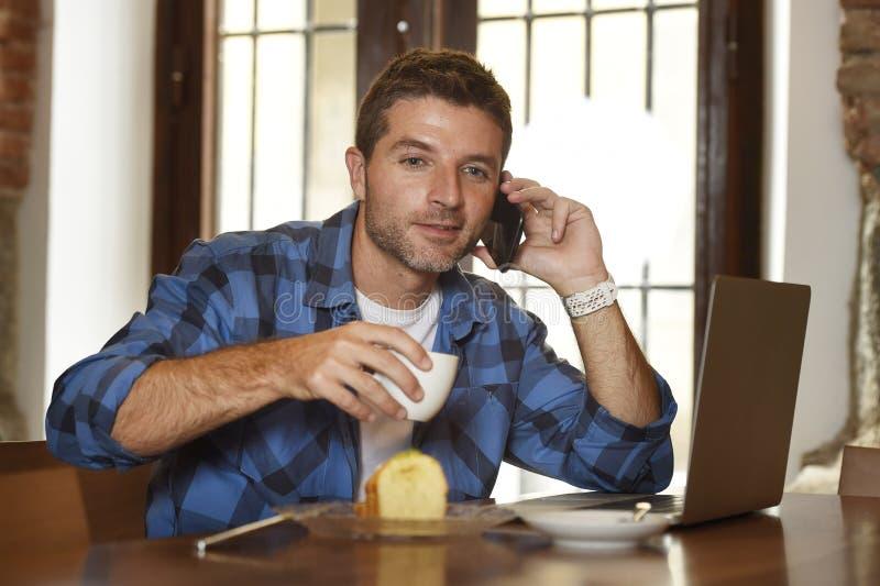 Geschäftsmann oder Student, die mit Laptop-Computer an der Kaffeestube frühstückt arbeitet lizenzfreie stockfotos