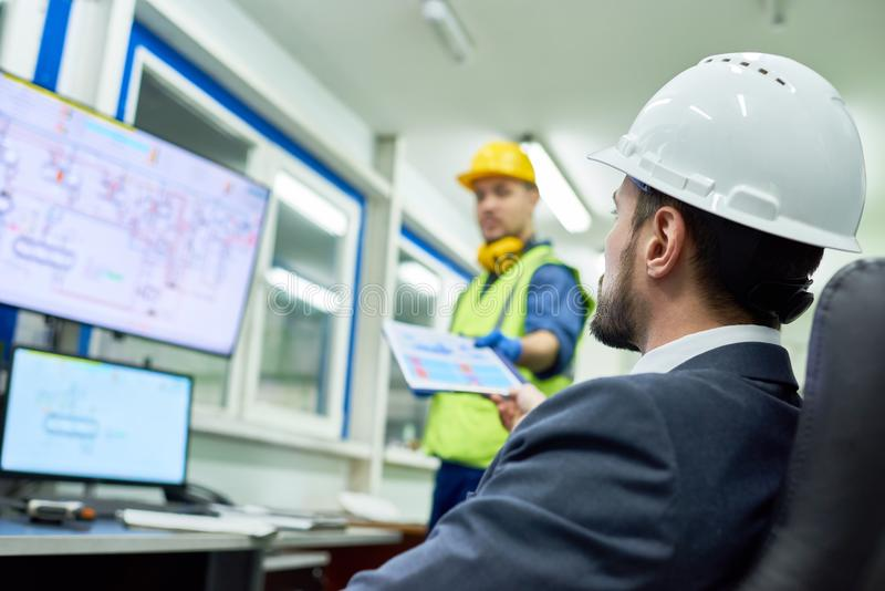 Geschäftsmann Overseeing Plant Production lizenzfreies stockbild