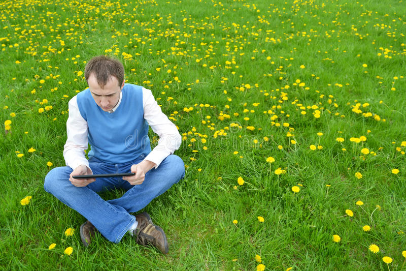 Geschäftsmann am Park mit Tablette lizenzfreies stockbild