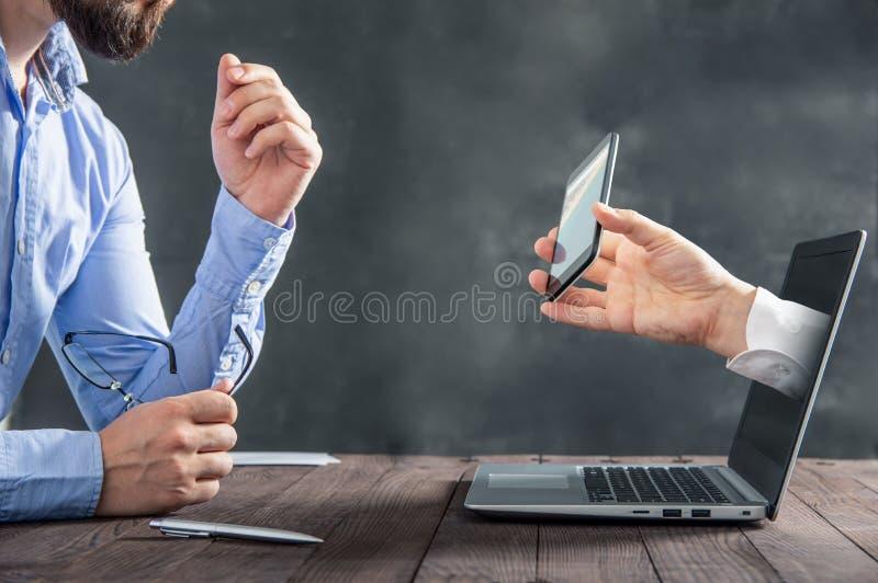 Geschäftsmann passt einen Smartphone auf lizenzfreie stockfotos