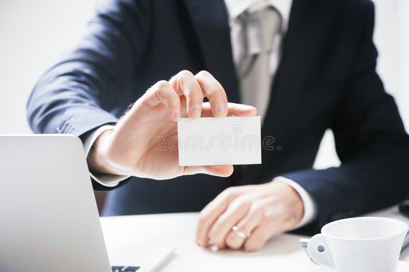 Geschäftsmann Pick Business Card lizenzfreie stockfotos