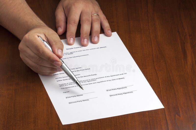 Geschäftsmann-Pointing Contract Document-Zeichen stockfotografie