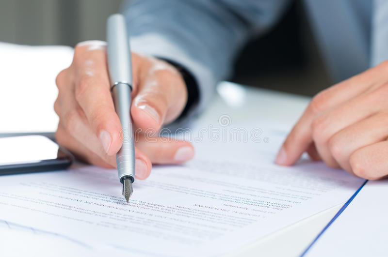 Geschäftsmann Reading Contract stockfotos