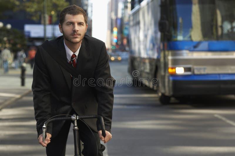Geschäftsmann-Riding Bicycle On-Stadt-Straße stockbilder